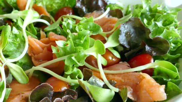 lahodné uzený losos salát s čerstvou zeleninou