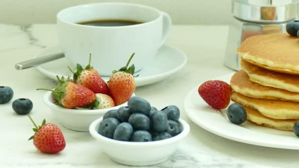 lahodné palačinky s čerstvým ovocem v bílé desky