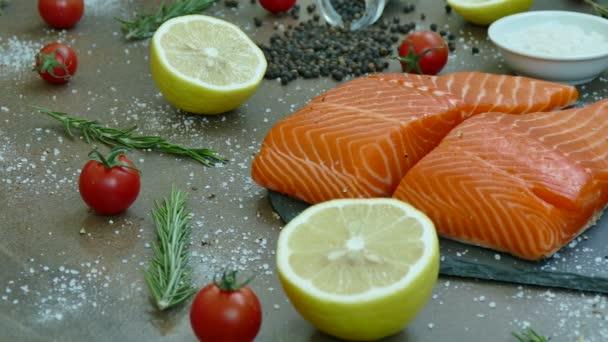 čerstvé syrové filet z lososa s přísadami pro vaření