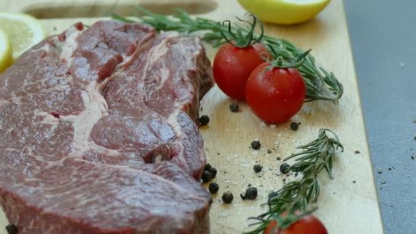 čerstvé syrové hovězí steak s kořením pro vaření