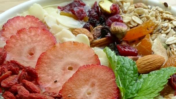 čerstvé chutné müsli s ořechy, ovoce a bobule, zdravé potraviny
