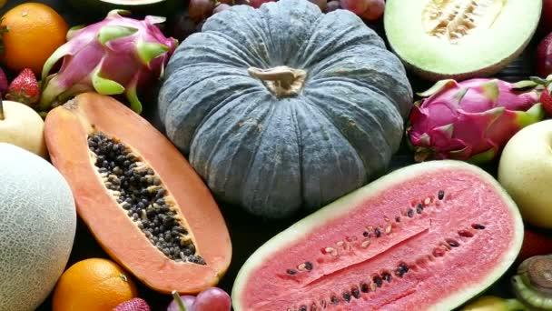 lahodné různé tropické ovoce na dřevěný stůl