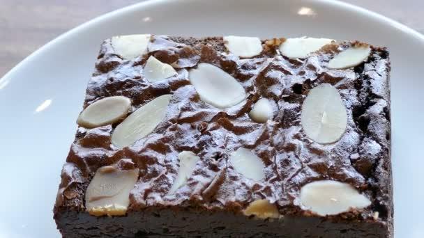 lahodné čokoládové brownie dort v bílé desky