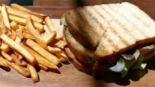 deliziosi panini con prosciutto e formaggio e patatine fritte, video