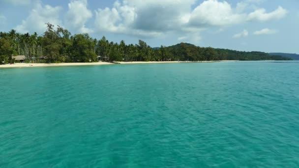 krásná krajina s palmami, kameny na písečnou pláž a modrý oceán vlny