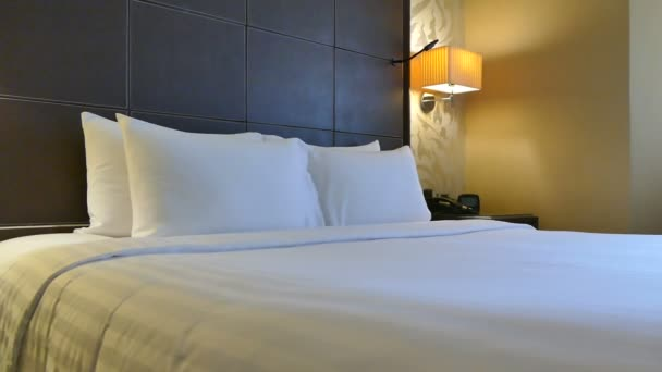 Dekorace polštářů na posteli v ložnici interiér