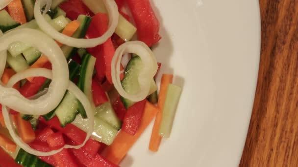 egészséges saláta, friss zöldségekkel.