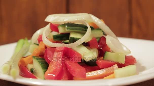 Egészséges saláta friss zöldségekkel.