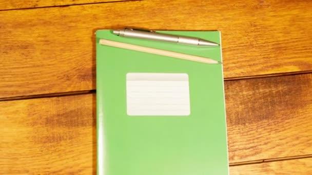 Iskola notebook egy ketrecben, toll és ceruza, fa tábla