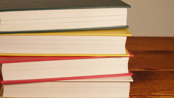 Nové knihy na zásobníku stojící.
