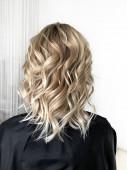 Krátké blond vlasy s balayage