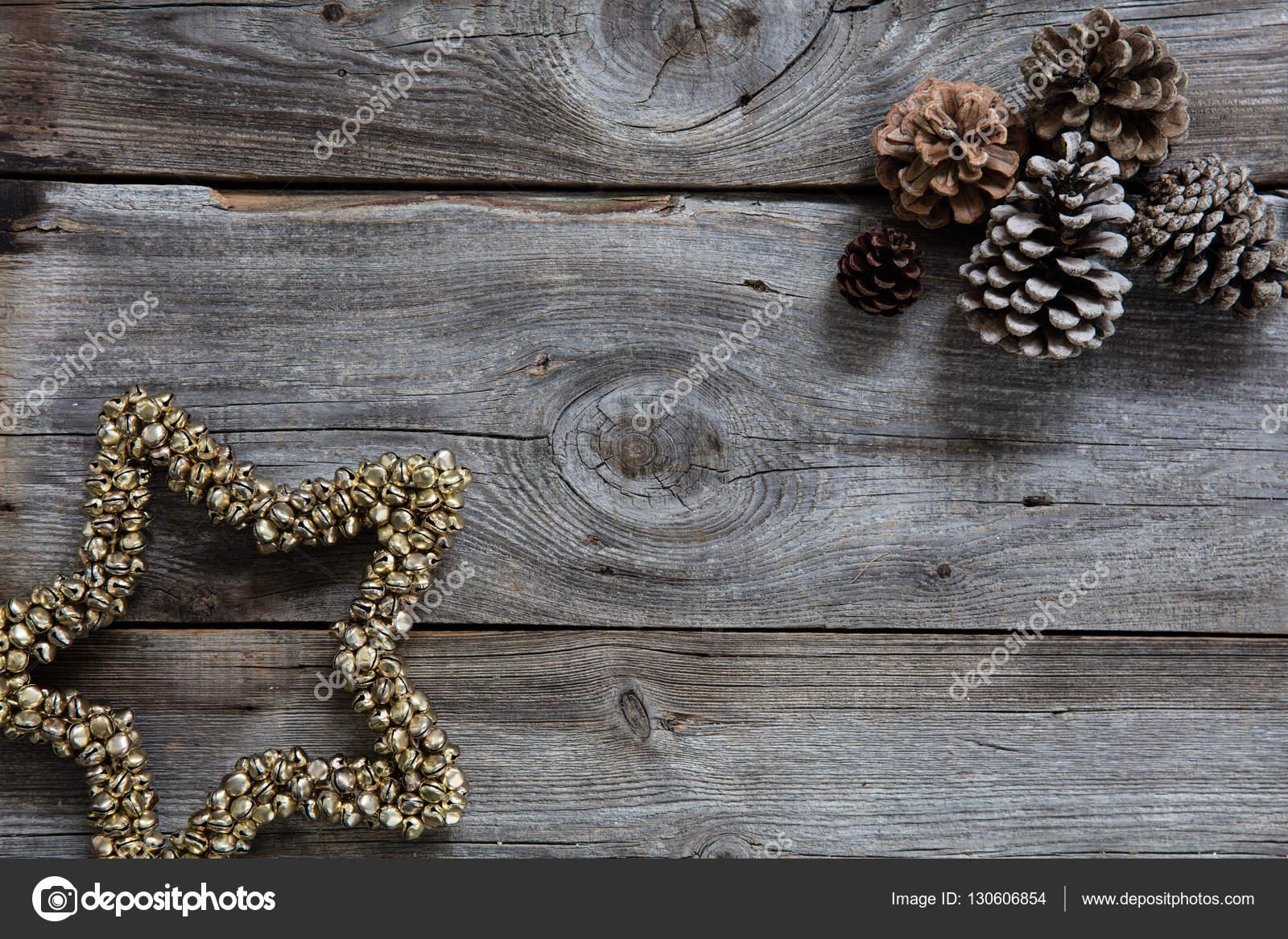 Feestdagen Natuurlijke Kerstdecoratie : Oude hout en spar kegels voor natuurlijke kerst vakantie achtergrond
