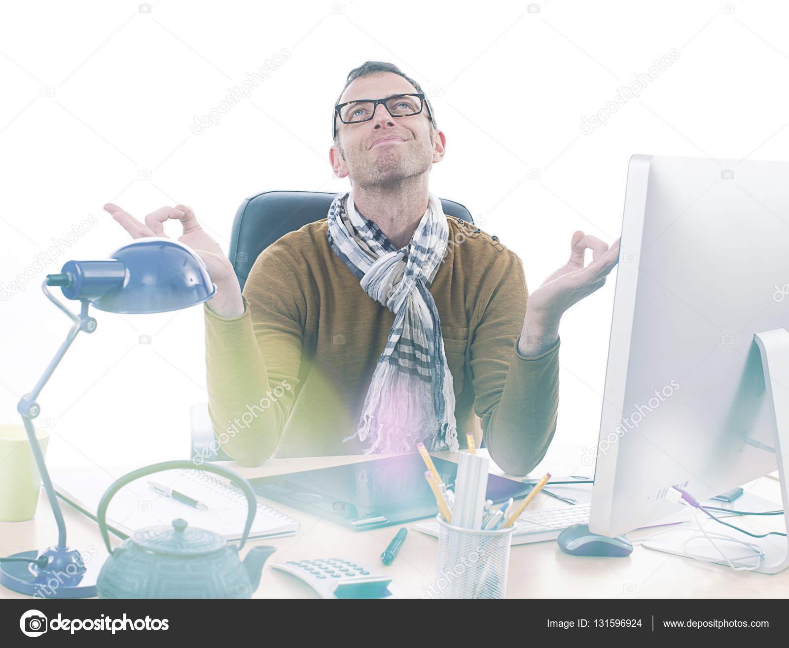 Ufficio Zen Zen : Zen di casual uomo d affari che meditating all ufficio per