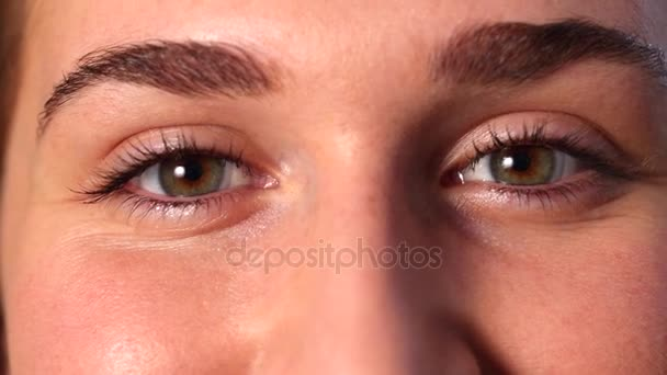 Closeup veselá mladá žena oči s kontaktními čočkami s úsměvem