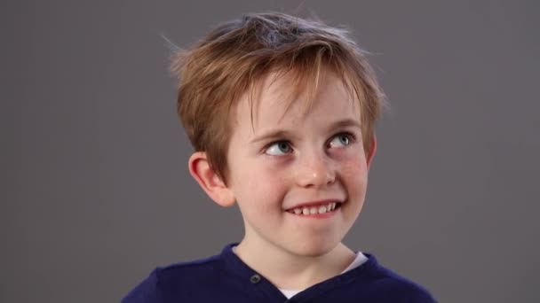 šťastné dítě krásné malé myšlení, usmívající se, podíval a kývl