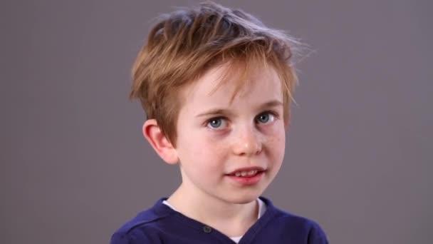 klid rozkošný zrzavé vlasy malé dítě s úsměvem, mazlení pro plachost