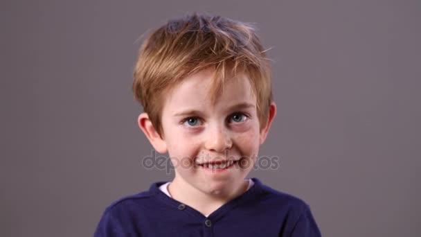 trpělivý chlapec s zrzavé vlasy a pihy čekání na výšku