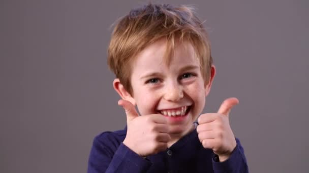 Veselý mladý předškolní zrzavé vlasy dítě ukazuje jeho spokojenost