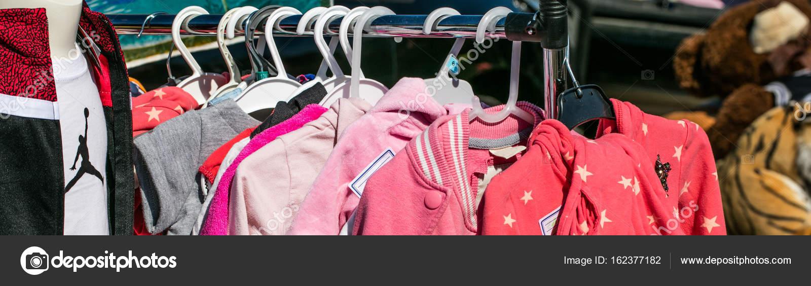 34f9db225 Ropa y niñas Chaquetas de niño segunda mano rosa para donar — Fotos de Stock