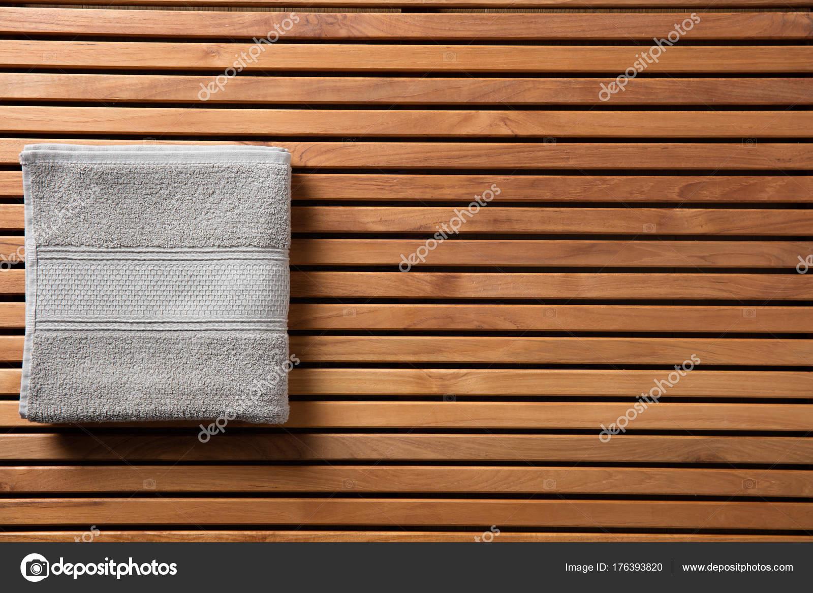 Bordo Vasca Da Spa : Concetto per doccia o spa con asciugamano sopra il bordo di legno