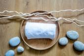 koncept sprcha, hygiena s čistě bílým ručníkem a větvičky