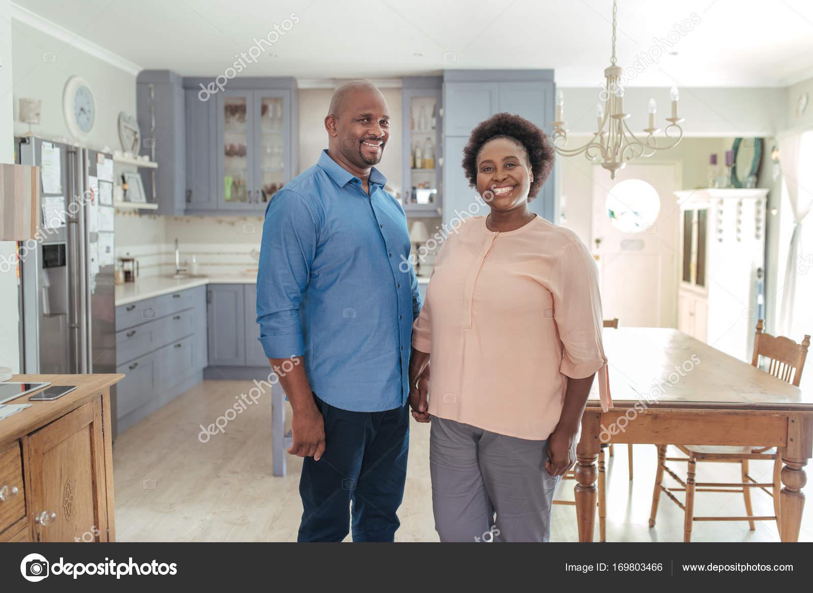 pareja de pie en la cocina — Fotos de Stock © mavoimages #169803466
