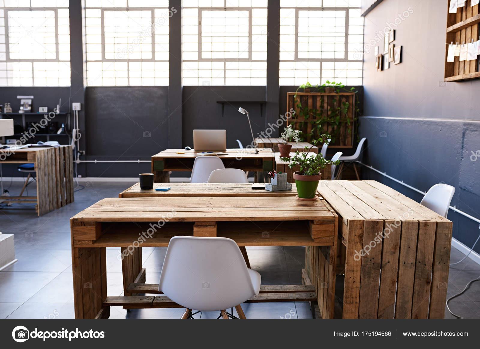 Foto Ufficio Moderno : Interno di un ufficio moderno u2014 foto stock © mavoimages #175194666
