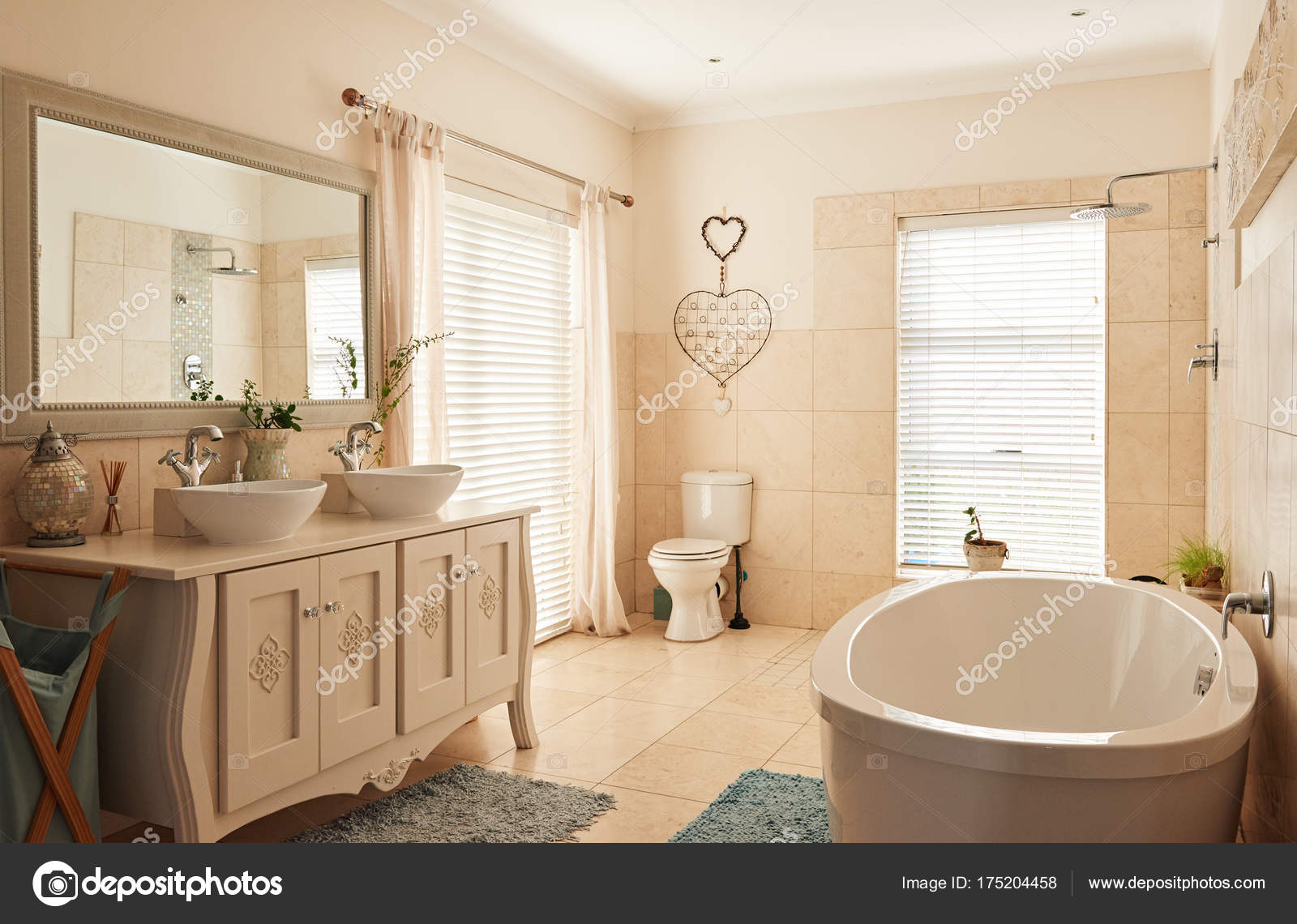 Bagno residenziale in stile country u foto stock mavoimages