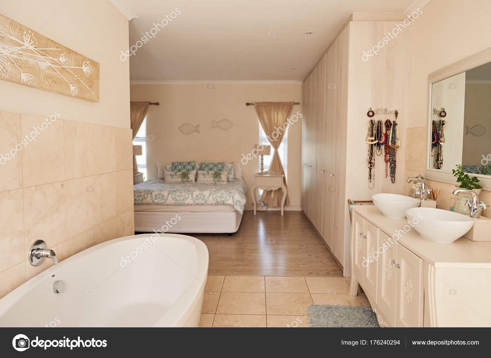 Salle de bains moderne espace ouvert — Photographie mavoimages ...