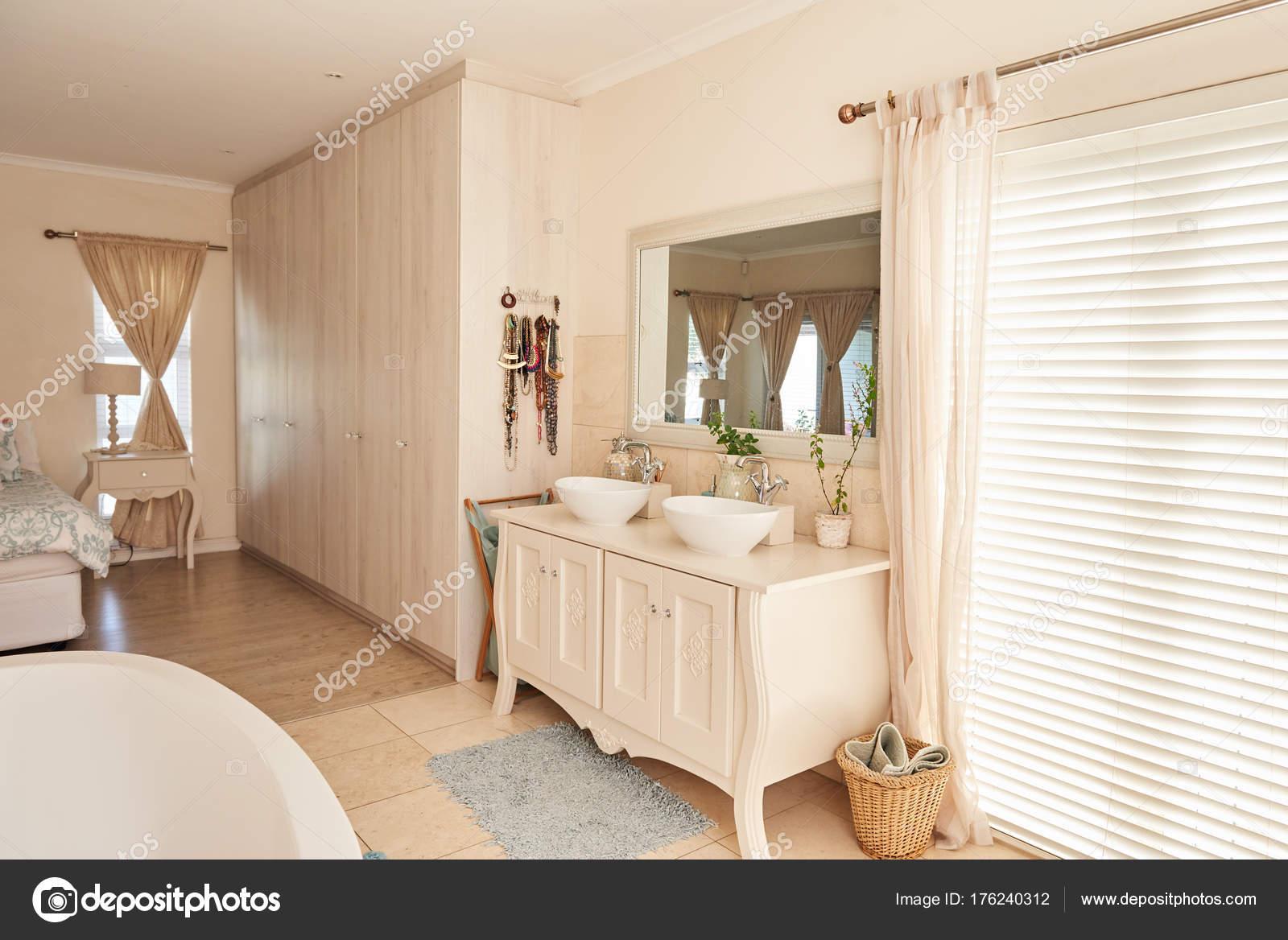 Bagno Aperto In Camera : Elegante stanza da bagno contemporanea u foto stock mavoimages