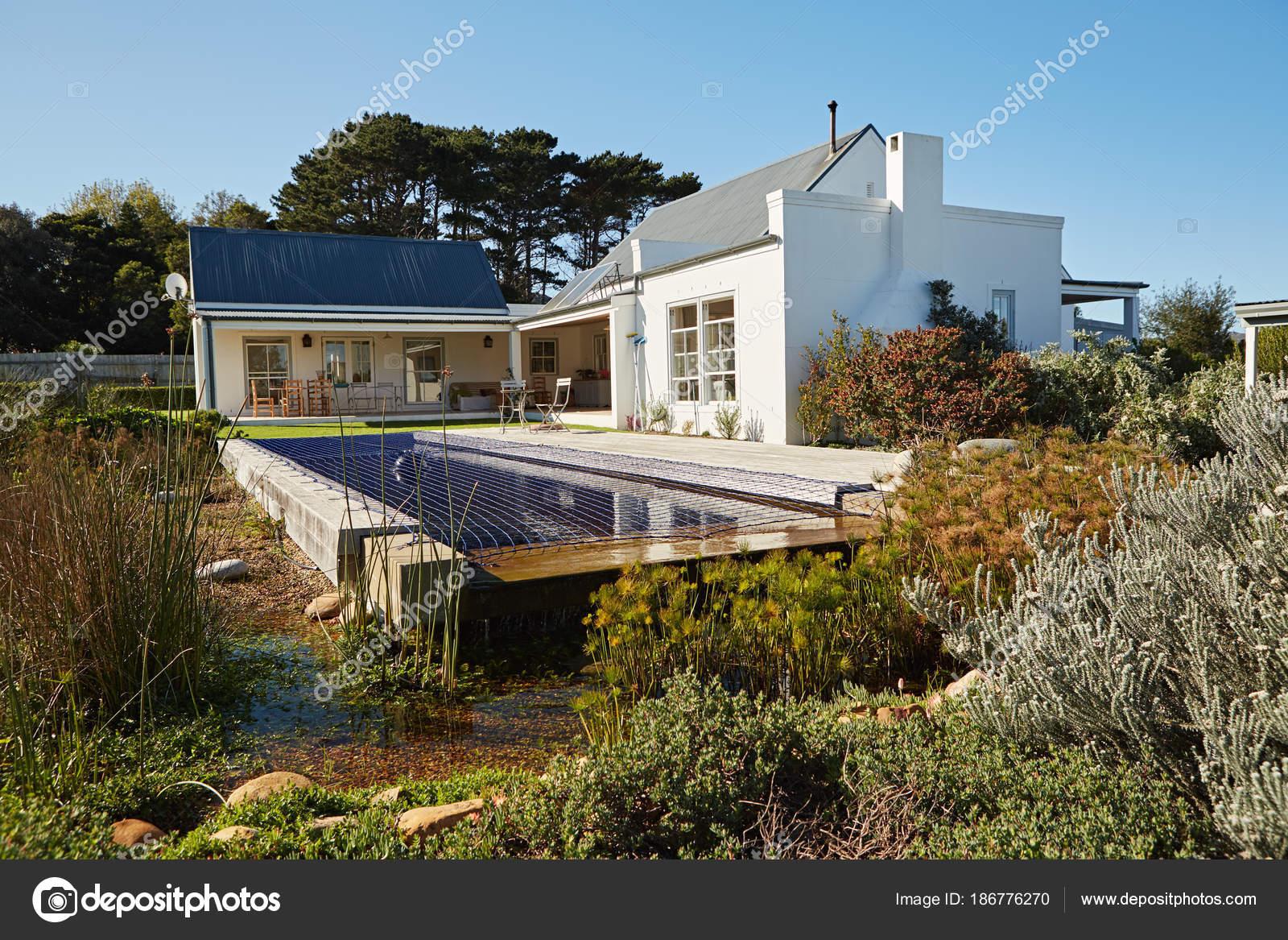 Esterno Di Una Casa : Esterno della piscina cortile paesaggistico una casa una giornata