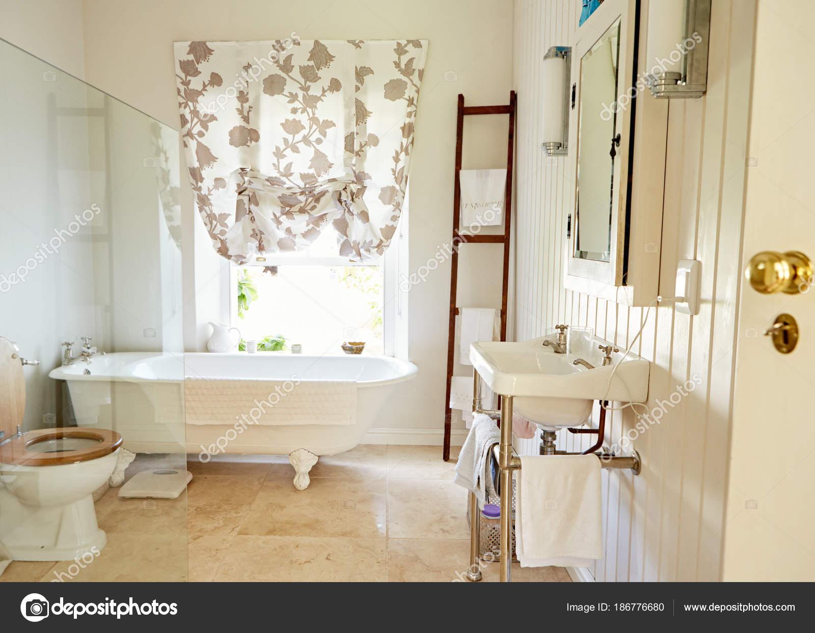 Intérieur Pays Lumineux Style Salle Bains Avec Une Baignoire ...