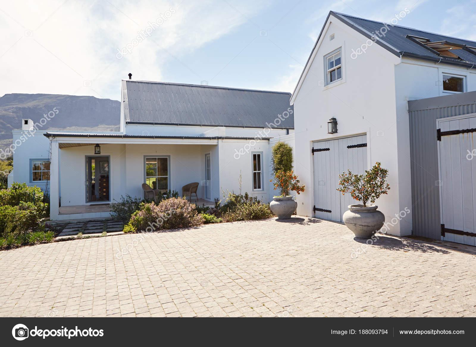 Esterno Di Una Casa : Esterno della porta ingresso garage una casa una giornata sole