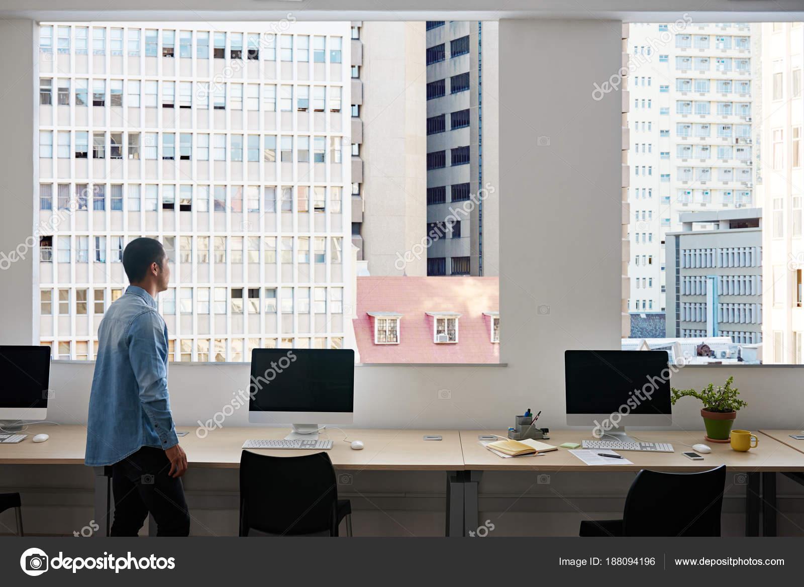 Junge Asiatische Designer Von Computern Einem Büro Blick Durch Die ...