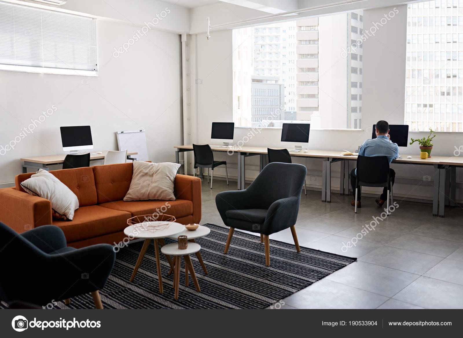Junge Asiatische Designer Schreibtisch Mit Computer Und Notenlesen ...