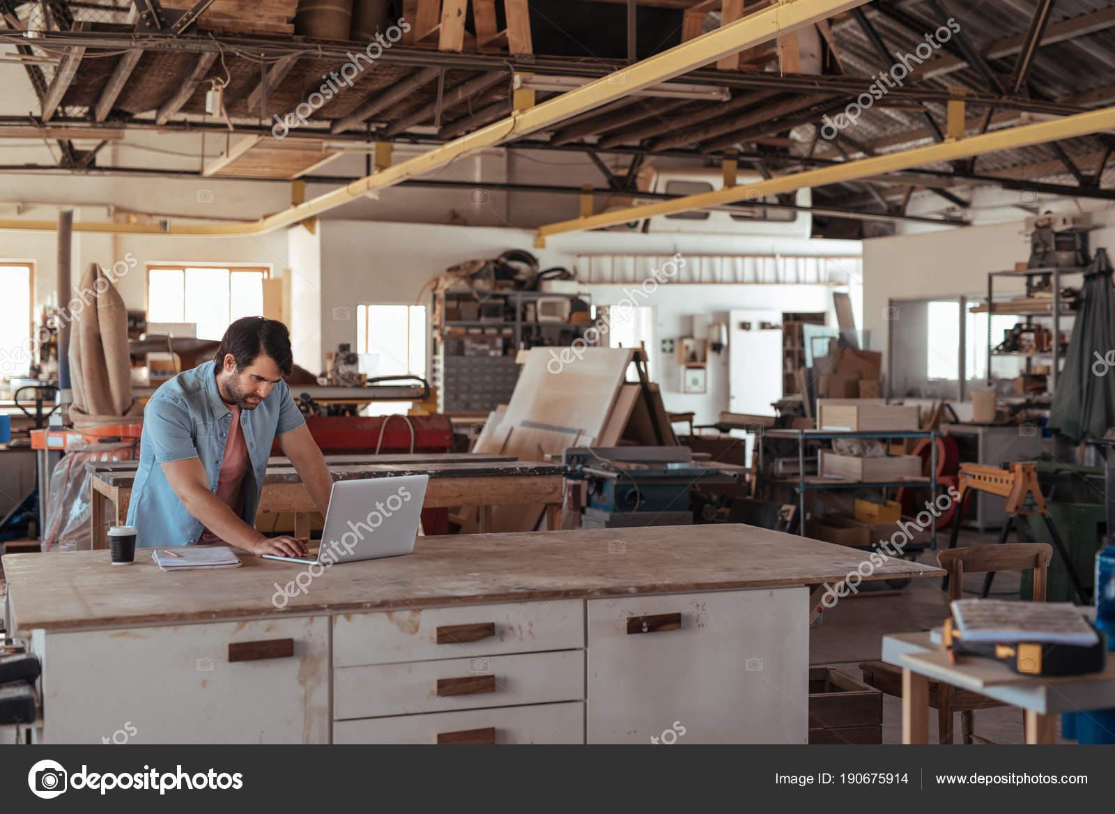 qualifizierten jungen schreiner werkbank atelier große zimmerei