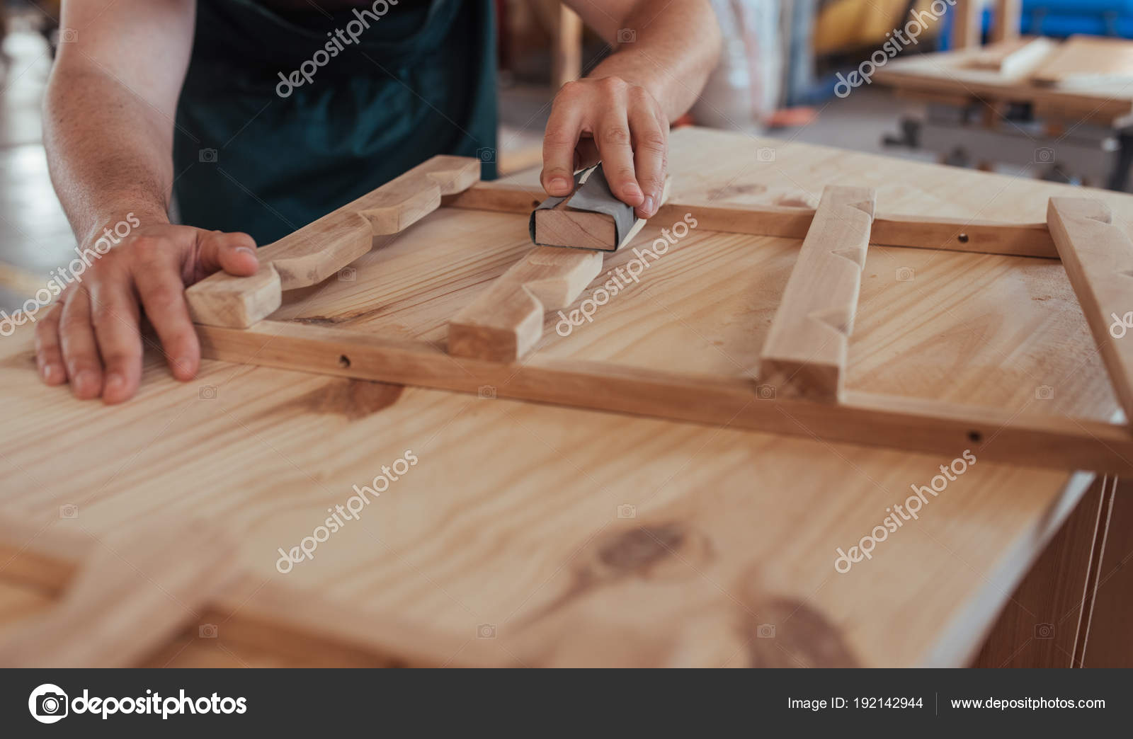 Immagine potata abile falegname mani levigatura pezzi design mobili