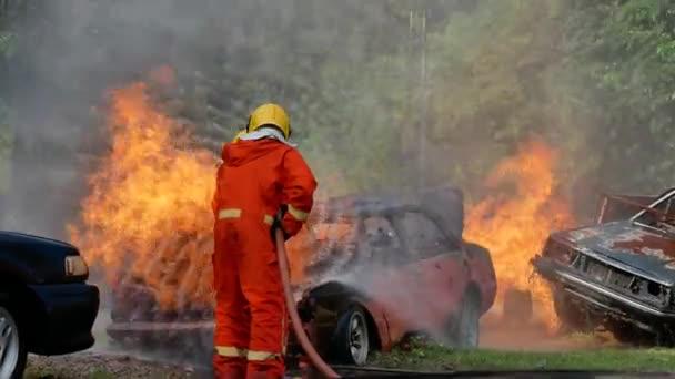 Bezpečnost hasičů chrání nebezpečí před požárem plamenem za použití vodních zařízení. Hasiči nebezpečí statečná kariéra s bezpečnostním oblekem a tvrdý klobouk pomocí vodní hadice boj s tepelným plamenem. Koncept hasiče.