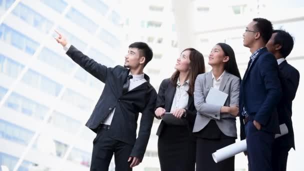Team Business Partners beim Händeschütteln zur Begrüßung eines neuen Projekts. Corporate Teamwork Partnership außerhalb des Büros moderne Stadt als Hintergrund. Geschäftsmann mit Händchen.