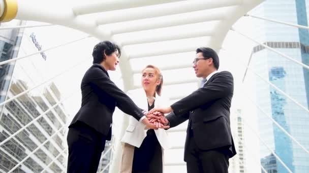Skupina asijských obchodníků si potřásá rukou a mluví ve městě. Různorodost lidé partnerské podnikání setkání brainstorming spolu s podnikatelem důvěra týmové práce. Koncept Collaboration Team Meeting