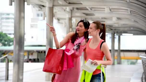 Online nákupní webové stránky žena držící nákupní tašky koupit produkty položky v maloobchodě nákupní centrum. Pár milenců kupuje věci společně, černý pátek. Digital payment gateway international woman day
