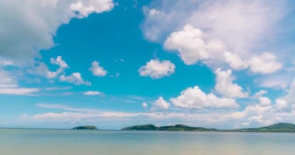 4K Timelapse Tropická pláž bílý písek a modré moře v letním období za slunečného dne. Moře klidné pláže scenérie pěnové vlny na pláži s vlnami modrého moře tropického oceánu písku. cestování dovolená u moře