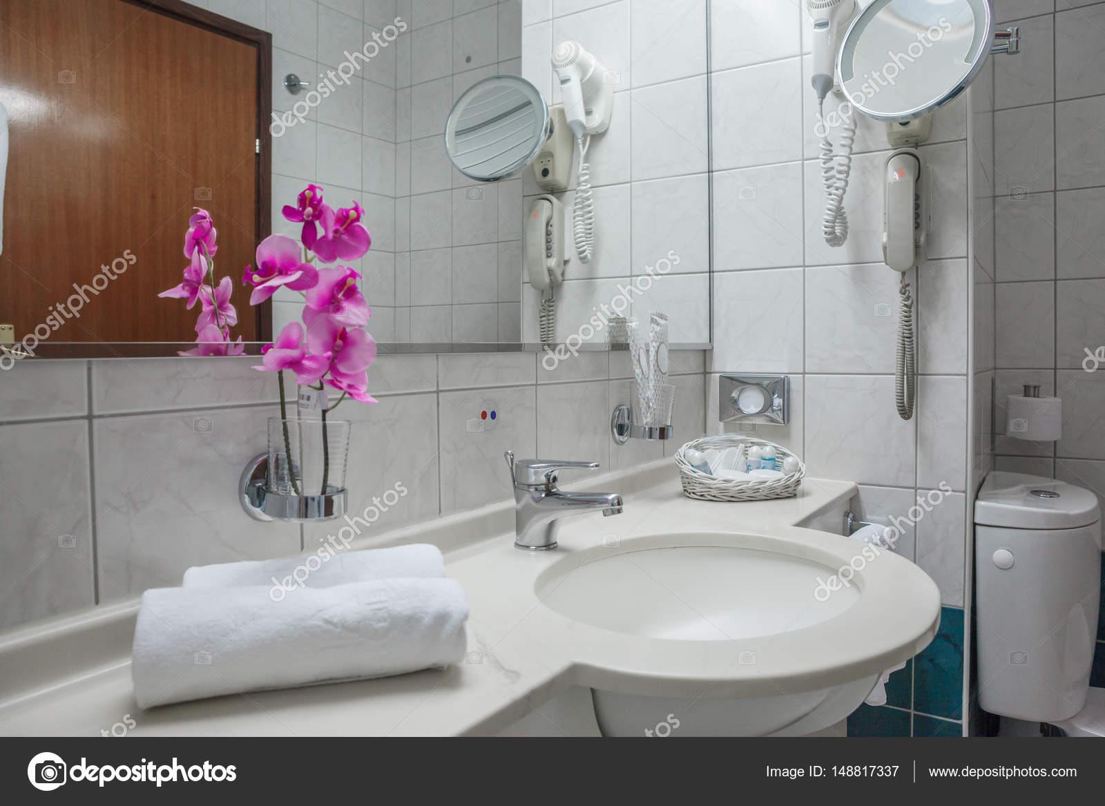 Schöne und moderne Innenarchitektur Bad mit rosa Orchideen ...