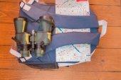 Reisevorbereitung, Reise, Rucksack, Fernglas, Kamera, Karte auf Holzgrund