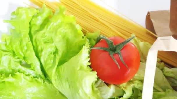 Élelmiszer szállítás - friss zöldség, gyümölcs, tészta papírzacskóban, nulla hulladék koncepció, online vásárlás, karantén, 4K VIDEO.