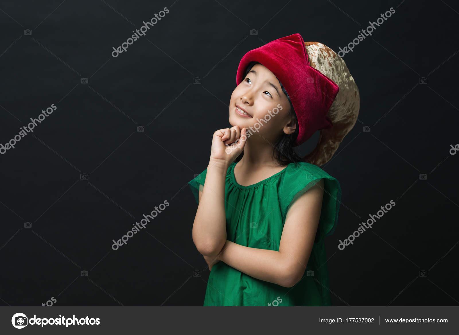 Süße Asiatische Mädchen Gekleidet Ein Grünes Kleid Mit Einem Märchen ...