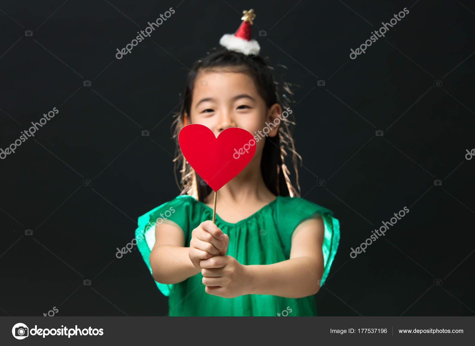 Süße Asiatische Mädchen Gekleidet Ein Grünes Kleid Hält Eine ...