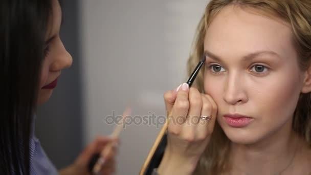 eyebrow design for blonde model