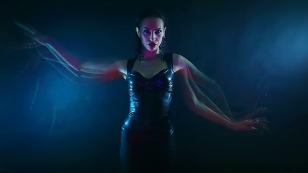Nacht Party, Nachtleben. Schöne Sexy Frau tanzen psychologische mystische orientalische Shakti Tanz