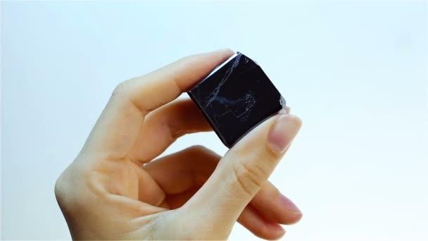 Hematit (krevele) je černý minerální forma železa. Klenotník drží hematit